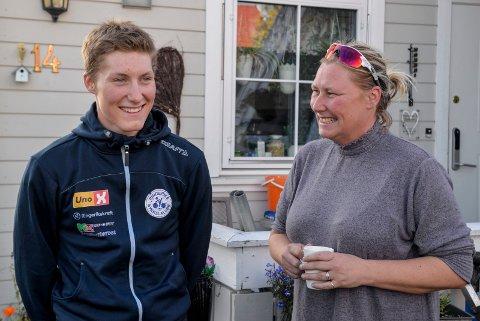 STARTET SENT: Sondre Midtsveen og mamma Tone smiler når de tenker på hvordan sykkelkarrieren til Sondre startet.
