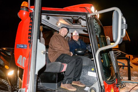 STOLT: Christoffer Hove viser stolt fram den nye tråkkemaskinen til Runar Krokvik i Sparebankstiftelsen Ringerike.
