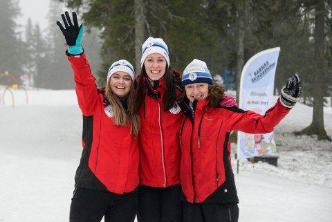 ELSKER JOBBEN: Ragnhild Sveen Naustdal, Eline Christensen Strand og Åse Ragnhild Sveen tar imot over 300 barn på skiskolen på Ringkollen.