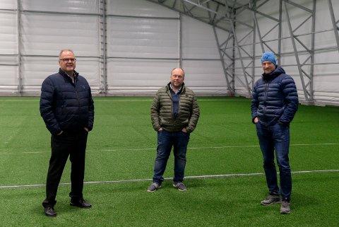 ENDELIG: Runar Krokvik, Kjell Ivar Jevne og Roy Erling Wara inspiserer det nye kunstgresset i Heradsbygda, som snart er klart for bruk.