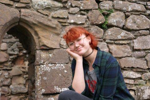 SLOTT: Lone Buttingsrud fikk familien med på ferietur for å se på slott - og havnet i Skottland. Her er hun på ett av slottene.