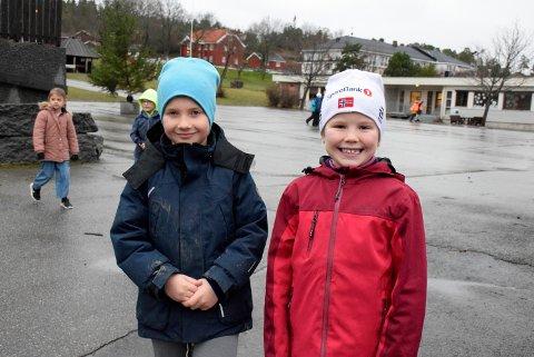 GLADE: - Vi kan svømme. Nesten! Nå har andreklassingene Sverre Hovden-Olaussen (t.v) og Tiril Gihle på Vik skole fått klippekort til ti besøk på Ringeriksbadet.
