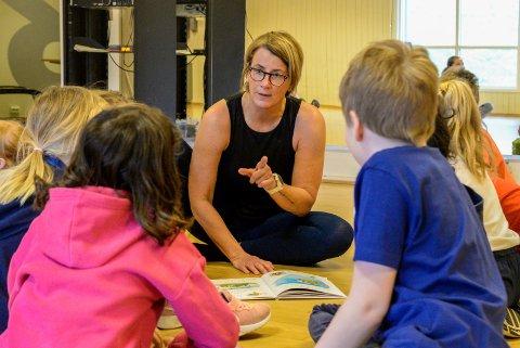 EVENTYR-YOGA: Ellen Langvandsbråten er lærer, og ser behovet for både ro og bevegelse blant barna. Det har resultert i eventyr-yoga.