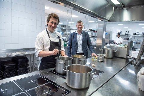 SJEF PÅ KJØKKENET: Fredrik Røine slutter på Sundvolden Hotel. Her sammen med hotelleier Tord Moe Laeskogen.