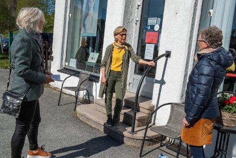 SMITTE-BESØK: Harriet Slaaen og Kristin Andresen er innom frisør Astrid Framnes Nymoen (i midten) for å informere og få tilbakemeldinger på hvordan det går opp mot smittevern.
