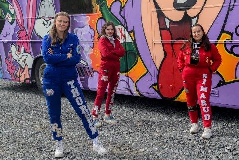 UTVIDER RUSSETIDEN: Andrine Thorsen Lundeland, Lilly Tangen og Ylva Cicilie Kaasin Simarud forteller at de forlenger russetiden til 15. juni, etter å ha mistet de første ukene av feiringen.