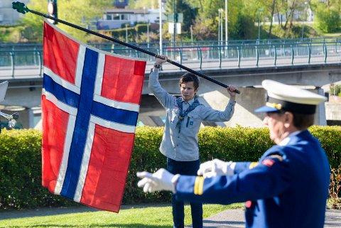 Sondre Moholt (14) holdt flagget høyt hevet mens Hønefoss ungdomskorps spilte nasjonalsangen i Nordre park.