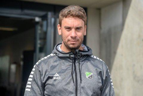 Luke Torjussen og HBK får fortsatt ikke trene fotball med kontakt. Det har flere breddeklubber reagert sterkt på.