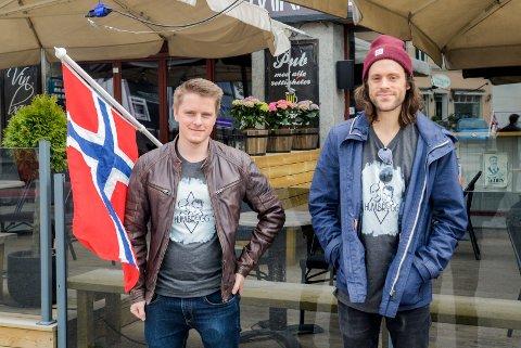 ÅPNER: Emil Larsen og Anders Berling pyntet fredag lokalene før de endelig kunne åpne dørene igjen for første gang siden 12. mars.