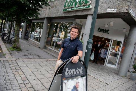 IKKE SUR: Thor Bård Gundersen har vært fornøyd med kommunens prøveordning med to timer gratis parkering, og han regner seg ikke som sur, men håper at dette var den siste SIAN-markeringen på Søndre torg.