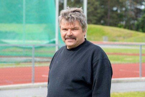 STENGER: Erland Hovde i Ringerike kommune håper folk holder seg unna friidrettsbanen mens den renses og merkes.