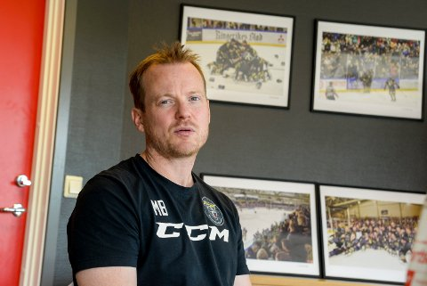 GREI ÅPNING: Panthers-trener Martin Boork fikk se spillerne sine sette ni mål i nota i serieåpniingen mot Tønsberg.
