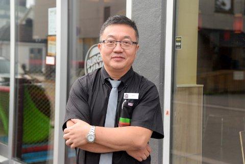 LEI SEG: Daglig leder hos Burger King i Hønefoss, Qiang Cheng, er lei seg for at noen kunder har dårlige opplevelser hos restauranten.