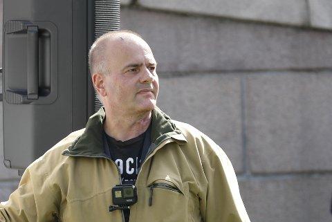 Sian-leder Lars Thorsen under markeringen foran Stortinget sist helg. Antirasistisk senter har politianmeldt Thorsen og Sian for utsagn under en markering i Arendal 6. august.