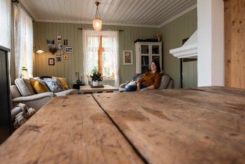 Bygget nytt hus i sveitserhus-stil. Christine K. Jørgensen (34). Det er mye nytt i det nye huset, men detaljer som den gamle bordplaten og noen rammer er laget av gamle materialer.