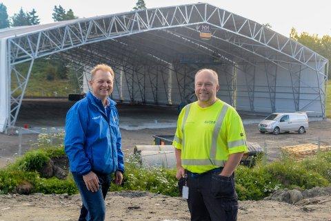 JUBLER: Atle Hunstad og Kjell Ivar Jevne har jobbet for denne hallen i over fire år, og jubler nå for at den snart er klar for bruk.