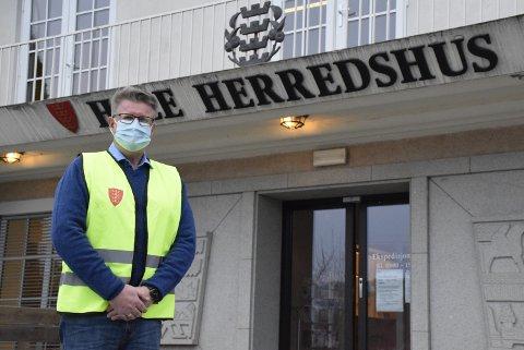 STRAMMER INN: Kommuneoverlege i Hole kommune, Rolf Qvernheim, foreslo å begrense antall gjester på arrangement innendørs til 50. Et enstemmig formannskap vedtok en ny forskrift.