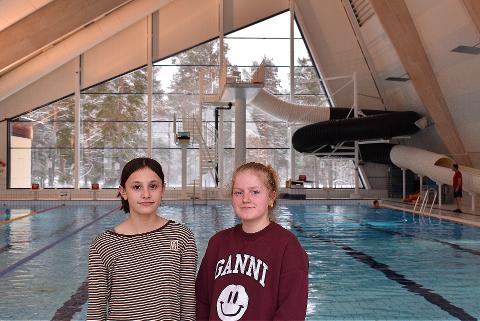 GRATIS SVØMMETILBUD: Ungdomsgründerne Sandra Skogheim Blix og Mia Petrovic ble rystet av drukningsulykken i Hønefoss i fjor. Nå ønsker de å gi et gratis svømmetilbud til innvandrere.