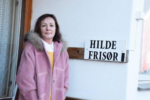 HJEMMEBESØK: - Det er mange som har problemer med å komme seg ut, sier den nye frisøren på Vikstunet, Mone Welde. Hun tilbyr hjemmeklipp.