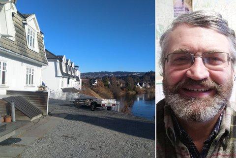 VELKOMMEN: Sindre Nørgaard er eier av Ullerålsgata 5A, som har strandlinje mot Randselva. Eier Sindre Nørgaard sier han gjerne hadde sett en elvesti på sin eiendom. – Det gjør at folk får se hvor fint det er i byen, sier han.