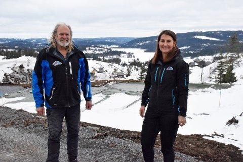 FORNØYDE: En av grunneierne på Midtre Olimb gård, Tore Nilsen (75), og hyttekonsulent i Tinde hytter, Wenche Stenhaug (58) er fornøyde med den store interessen for hyttetomtene på Elgkollen ved Mylla.