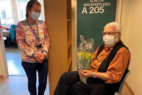 ÅPNING: Klinikkdirektør May Janne Botha Pedersen overrakte blomster til PD-pasient Stein Møller, som også fikk æren for selve snorklippingen på åpningsdagen.