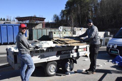 JOBB: Gintaras Zilevicus og Stepas Markus fra Litauen hadde full henger med søppel fra jobben. – Jeg har ikke tenkt å rydde hjemme, sa Gintaras bestemt.