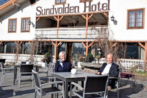 TRADISJON: Siri Jacobsen Laurendz (73) og ektemannen Morten Laurendz (74) kunne endelig nyte en bedre middag på Sundvolden Hotel igjen.