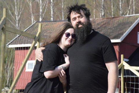 LYKKE: For samboerparet Christiane Lange (27) og Thomas Hogan (27) er lykken et småbruk et steinkast fra Ringmoen ved Hallingby.