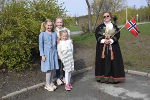 BLIDE: Hermine Drange Tronhus (10, Nicoline Drange Tronhus (12), lillesøster Henriette Drange Tronhus (7) og rektor Michelle Varga Weme (54) var svært fornøyde med opplegget.