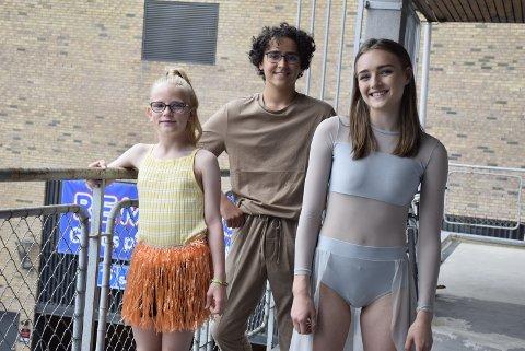 GLEDER SEG: Fra venstre: Kornelia Celin Gavlendal (9), Andreas Kolstad (14) og Hannah Rensel (18) før første forestilling torsdag.