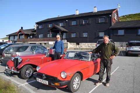 PÅ FISKETUR: MG-entusiastene Henning Dahlgren (t.v.) og Steinar Larsen foran Halne Fjellstugu ved riksvei 7 på Hardangervidda. Turen hit resulterte i at de kunne ta med flere ørretmiddager tilbake til Hønefoss.
