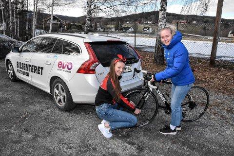 TRENE SAMMEN: Hanna Kristine Larsen og Vilde Flatland skal trene sammen i Oslo, men representere hvert sitt team den kommende sesongen. Foto: Trond Kaasa