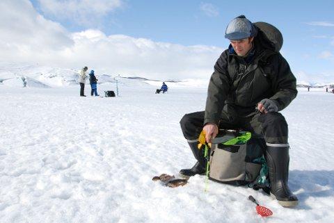 BEDRE FØR: Slike forhold er det ikke i år, kan Bjørn Erik Gyberg fortelle fra isen på Møsvatn. -Det er mye overvann på isen i år. (arkivbilde RA)