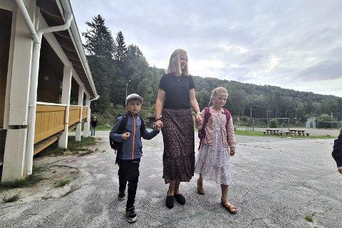 TRYGG HÅND: Odin Fagerlien og Tilde Grønstad Lien holdt i lærer Birgits trygge hånd på vei inn i klasserommet.