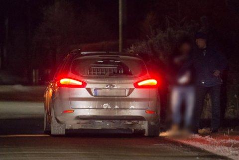 4 ARRESTERT: I løpet av kvelden og natta pågrep politiet fire personer de mener har noe med huset i Fet å gjøre.