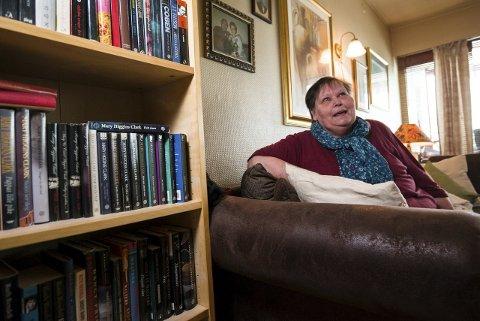 For stort: Ann Gulborg Findahl bor i en treromsleilighet på Skjetten med sin 16 år gamle datter. Det mener Skedsmo kommune er ett rom for mye, og har tatt fra henne bostøtten. Foto: Vidar Sandnes
