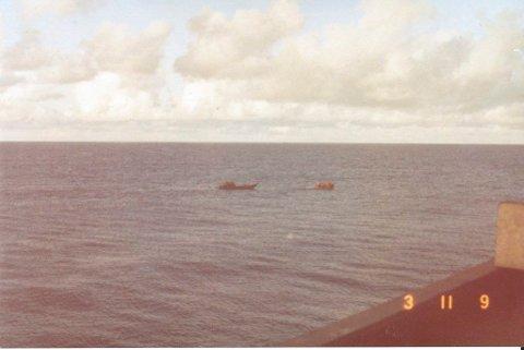 Dette er synet som møtte mannskapet på det norske lasteskipet Høegh Fortuna 3. november 1983, en spartansk trebåt i det fjerne. Mannskapet trodde det kunne være pirater ombord og utstyrte seg med revolver.