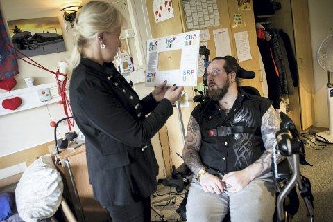 KOMMUNIKASJONSSYSTEM: Mor Veronica Sørlie og Terje Sørlie Skaug kommuniserer godt med blikk og bokstavbrett. I tillegg bruker Terje en datamaskin som styres av en prikk på brilleglasset. alle foto Ylva seiff  Berge