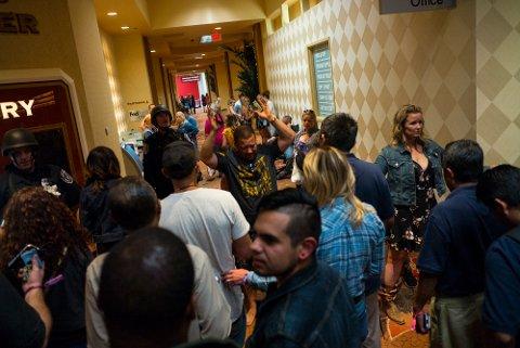 VISITERT: Hotellgjester blir visitert på hotellet Tropicana i Las Vegas etter skytedramaet.