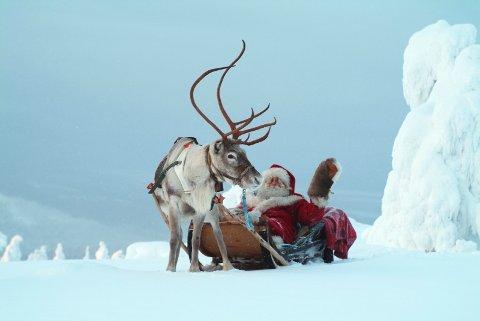 (Bilde 2) MODERNE: Nissen slik han er kjent mange steder i dag. Med hvitt skjegg, rød drakt og reinsdyr for sleden.  FOTO: Suomen/NTB scanpix /