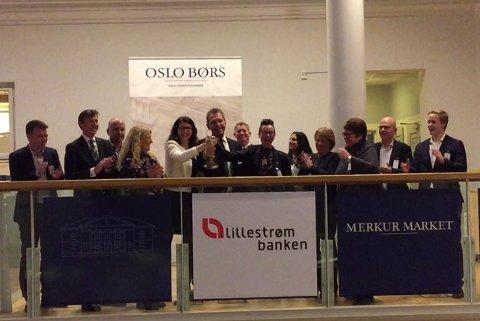 Stemning på bjelleseremoni: Det ringes i børsbjella for å markere at LillestrømBanken ble børsnotert fredag.