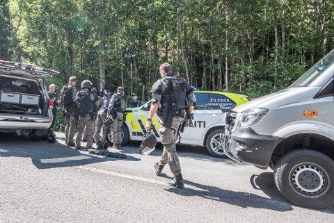 STORE STYRKER: Beredkapstroppen er på stedet og bistår lokalt politi i forbindelse med aksjonen. FOTO: VIDAR SANDNES/BJØRN IVAR BERGERUD