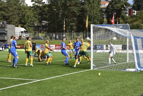 KAOS: Ull/Kisa forsvarte seg dårlig mot Notoddens dødballer. Her handser Emmanuel Troudart på streken rett før telemarkingenes 2-0-mål. Begge foto: Vilde Kvernstuen Grimsrud, Telen.