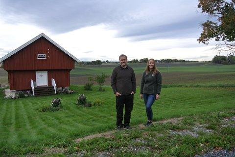 VIL IVARETA LOKALT LANDBRUK: Tina Bjørnvold, og Pål Kristian Ormstad sitter i styret i Sørum Bondelag. De er glade for at Lillestrøm kommune får et eget landbrukskontor. FOTO: TONE-BRITT ORMSTAD