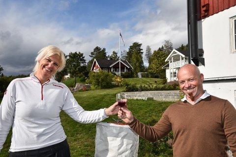 Odd Augen Wollberg og Lill Gjestad Wollberg fra Nes på Romerike er de nye eierne av Lerkekåsa i Sauherad. Foto: Trond Kaasa