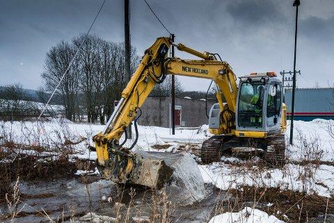 VANNLEDNING RØK: Gammelt ledningsnett koster kommunen dyrt – her et bilde fra oppryddingen ved Sørlihavna etter at en vannledning sprang lekk for noen år siden.