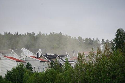 RØYKFYLT: Her siver røyken fra brannen. FOTO: RB-TIPSER