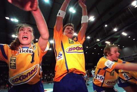 MERITTERT: Gitte Madsen (t.v.) ble olympisk mester i håndball på 1990-tallet. Her jubler hun som Bækkelaget-spiller sammen med Anja Andersen etter en seier mot Metz i europacupen i 1999.
