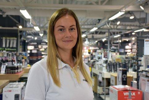 – Jeg liker jobben min veldig godt, sier Linn Johannessen (34) fra Aurskog som er assisterende butikksjef ved Power Bjørkelangen.